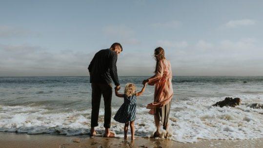 barefoot-beach-cheerful-1574653-539x303